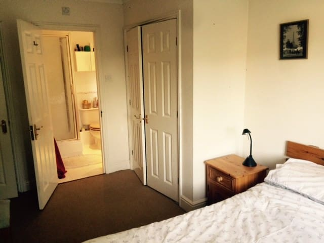 Quality room/ensuite in village on the Green - Hampton
