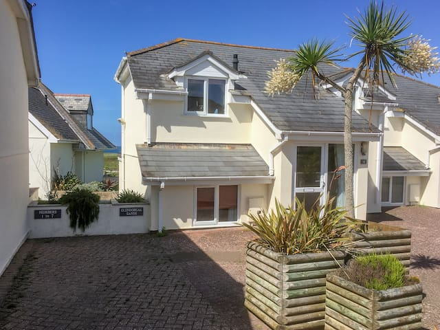 THE BEACH HOUSE, family friendly, with a garden in Porth, Ref 932077