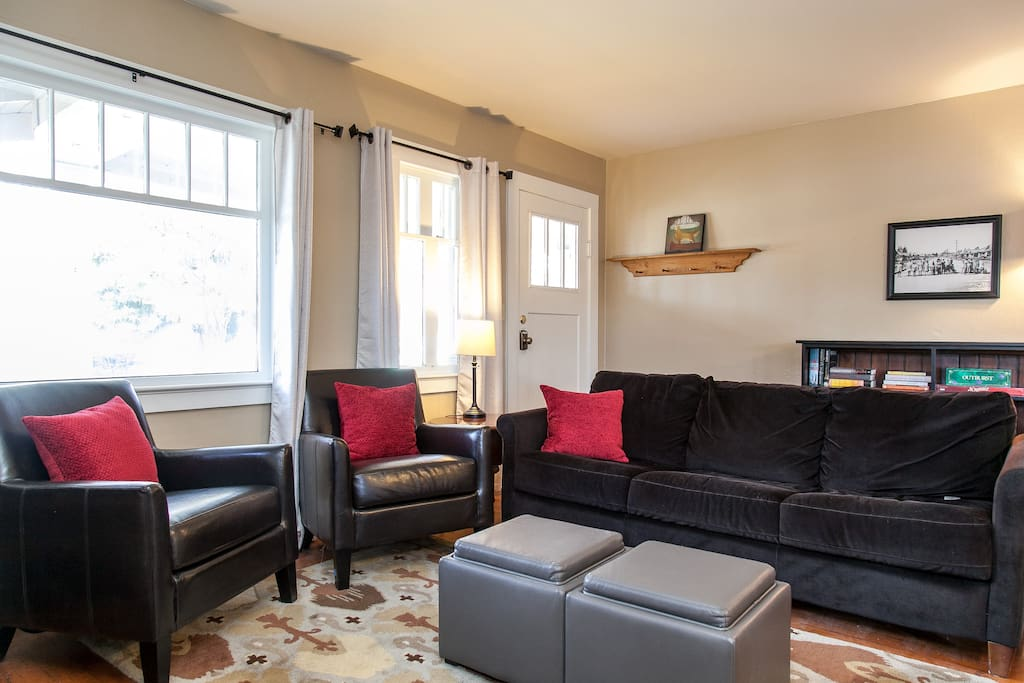 Comfortable living room with cable TV, wifi internet. Look for games and books in the cabinet.