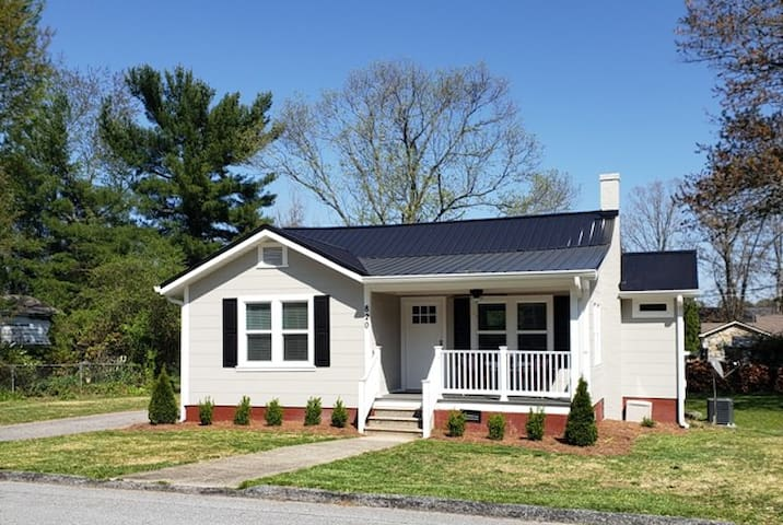 Modern Bungalow walk to downtown Hendersonville