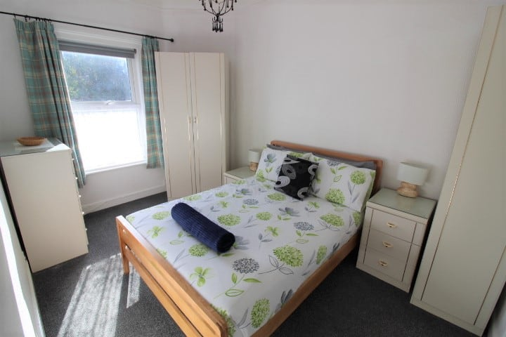 Treetops- Modern and cosy apartment, short walk to beaches