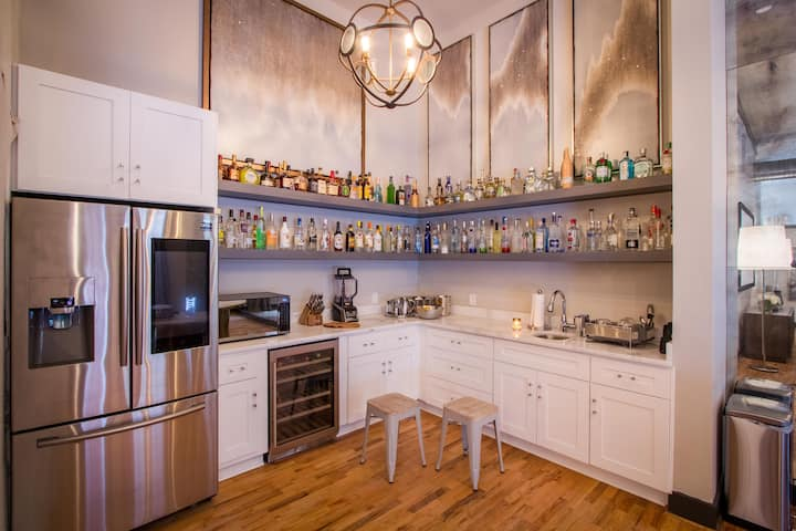 Luxury Loft- only 15 minute walk to Super Bowl