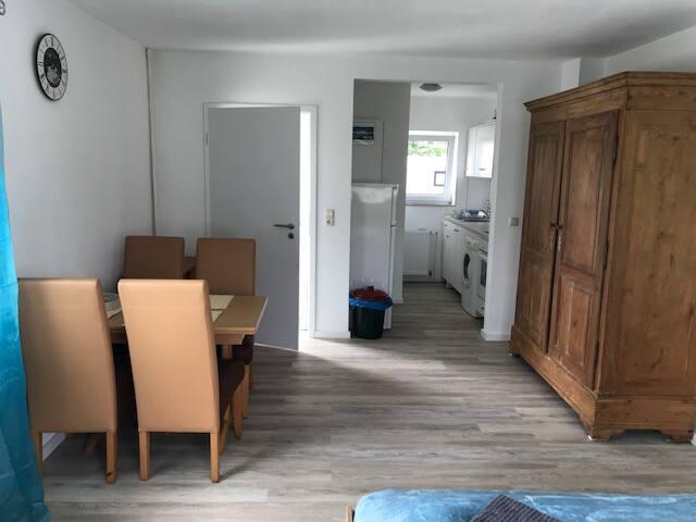 Wohnzimmer: Blick auf Küche und Flur