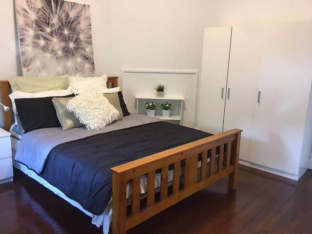 great location cozy room in the eastwood