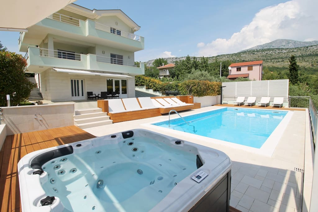Enjoy in jacuzzi and absolute privacy in villa located in very natural environment