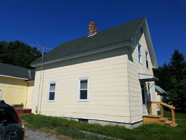 Sunny, private bedroom near UMaine! - Orono - House