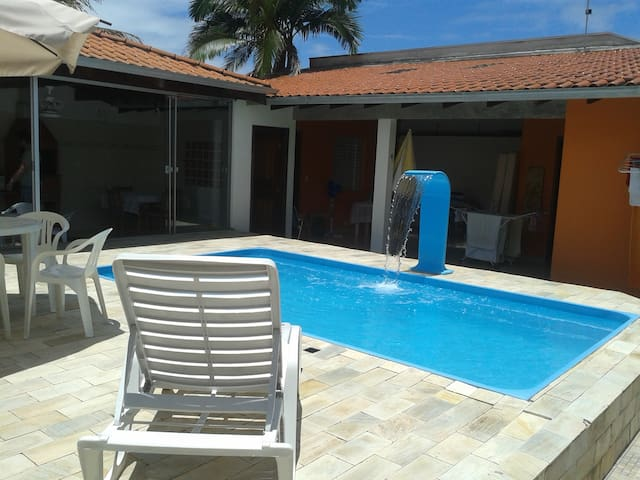 Linda casa com piscina a quadra e meia do mar!