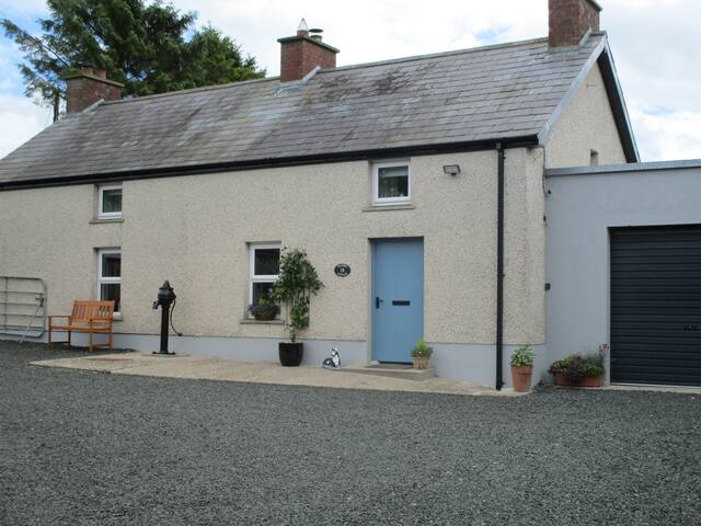 welcome to Weavers Cottage. View of cottage from courtyard.