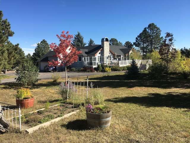 Tranquil Palmer Divide Residence-sleeps 10 in beds