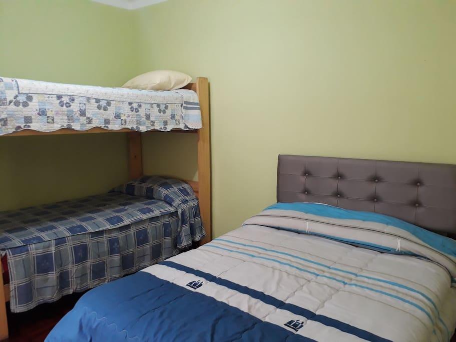 Dormitorio con 1 cama de 2 plazas y 2 camas de 1 plaza y 1/2