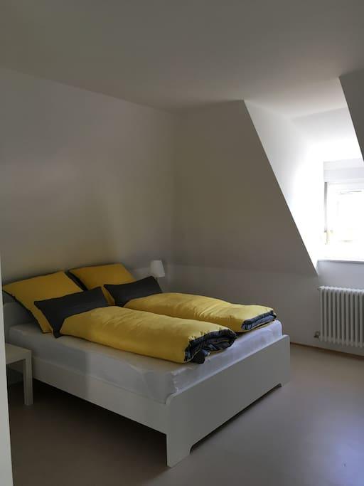 Im Schlafbereich Gaubenfenster mit Rollladen