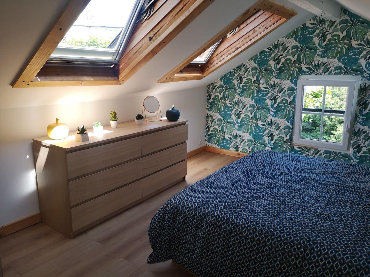 """Chambre lit king size sous les toits d'une """"Etxe"""" (maison basque) au centre de Biarritz"""