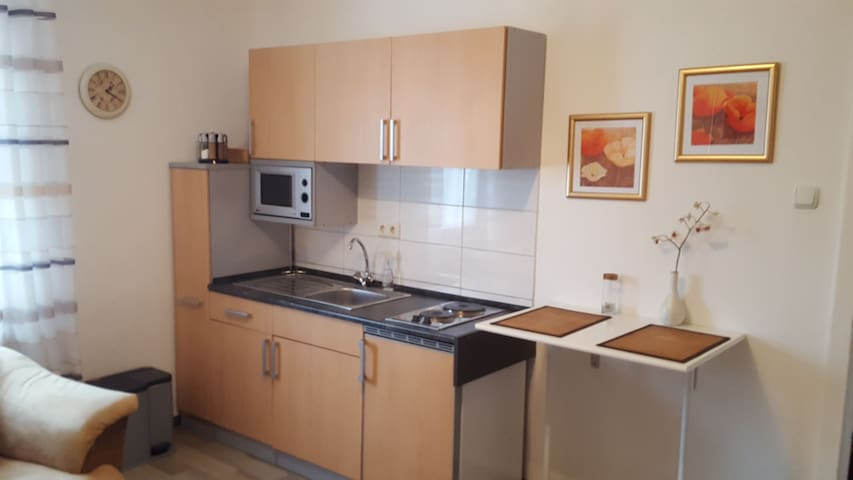 Schöne 2 Zimmer Wohnung  komplett eingerichtet .