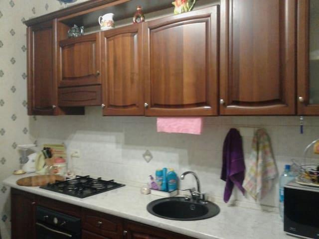 Кухня большая со всей необходимой техникой и посудой.