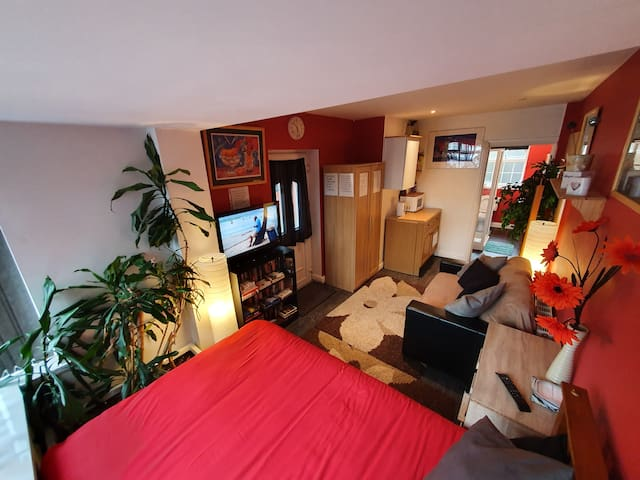 Studio with ensuite private entrance self check-in