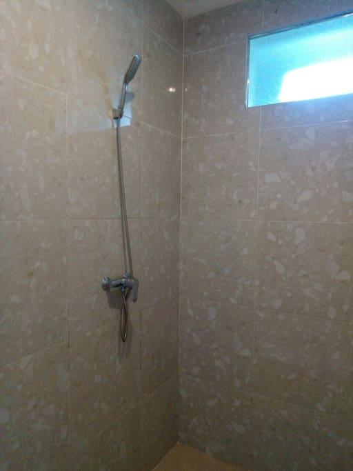 Fasilitas shower di kamar mandi