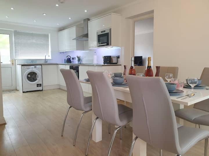 Modern & spacious house near Southampton