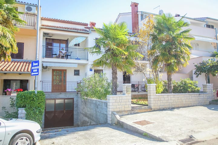 Cosy apartment only a 200 m from the beach with a sea view