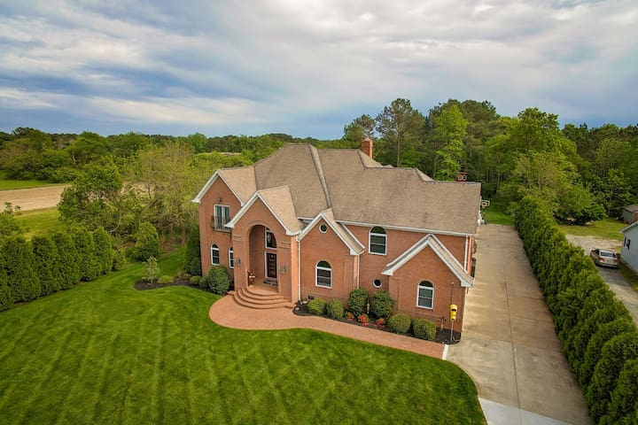 Expansive estate with a pool, hot tub, basketball court, wet bar, & more!