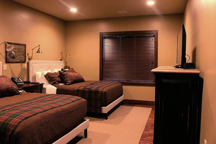 Beautiful 2-Queen Room in Breathtaking Lodge