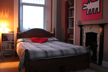 Cosy well equiped room with loads of character. - Glasgow - Lägenhet