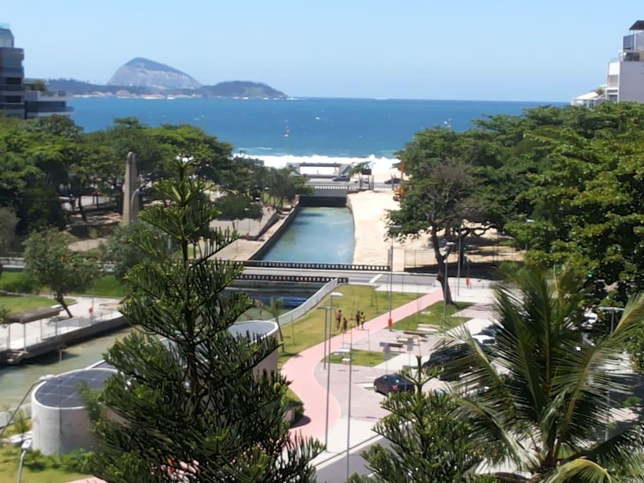 Vista da sala e dos 2 quartos para a praia o Jardim de Alah e praia do Leblon e Ipanema e ilhas