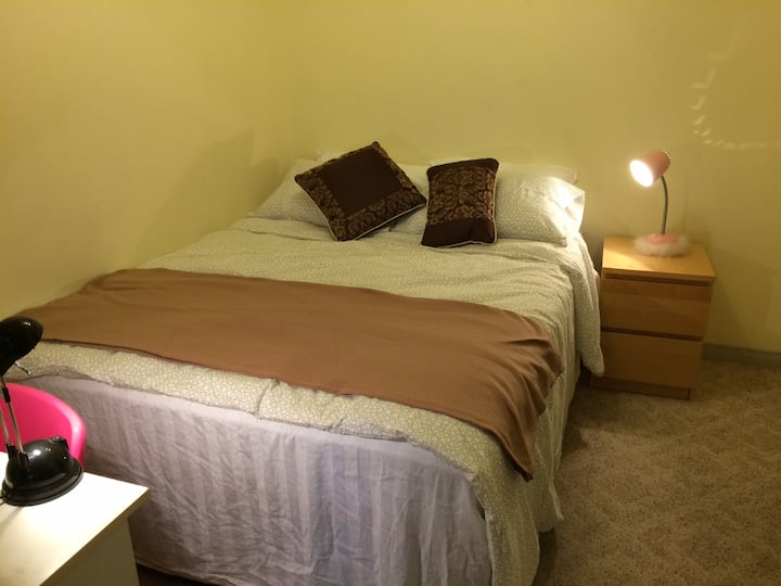 Cozy Queen Bedroom, easy access to everything