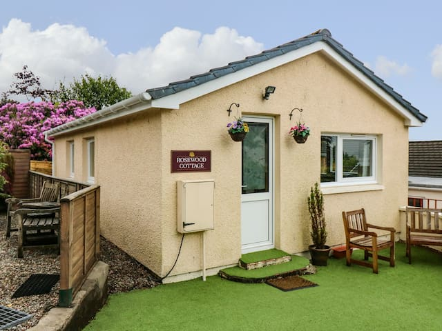ROSEWOOD COTTAGE, family friendly in Fort William, Ref 961964