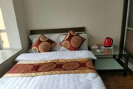 房间装修简约大方,空间宽敞舒适,家具布置舒氛围适温馨,营造出家庭。 - Lejlighed