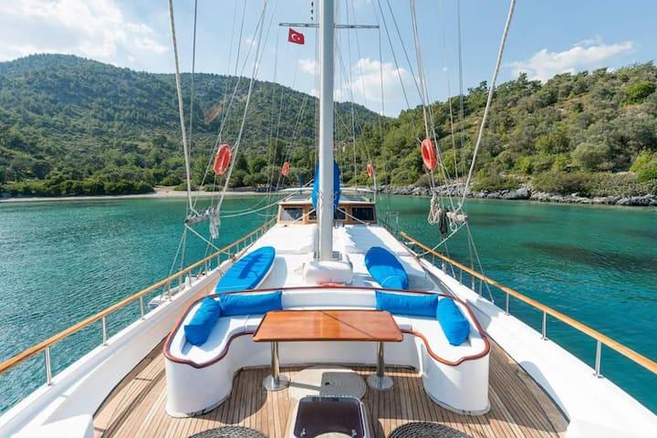 Comfortable 6 cabins Turkish Gulet in Bodrum.