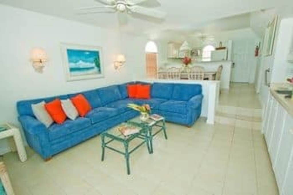 Spacious living room with large screen tv/cable with pullout sofa sleeps 2