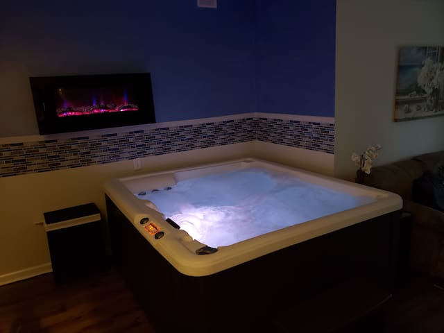 *** Luxury Indoor HotTub Suite!