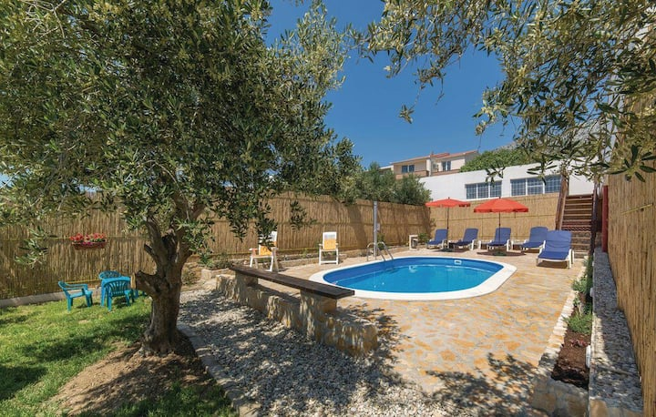 2in1 ''Oasis'' apt with private pool near Split