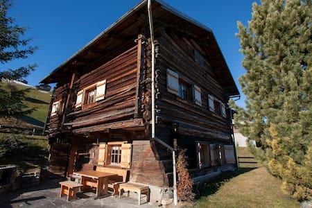 Liebevoll ausgebauter Walser-Stall in den Bergen