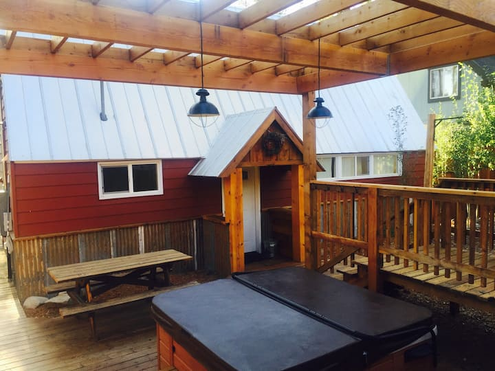Hot tub, Heavenly, Sauna & Meadow Views!