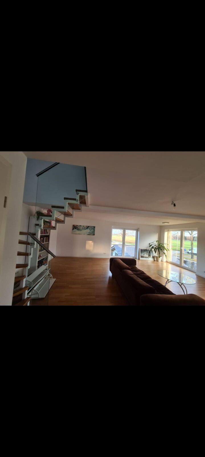 Zimmer in zweistöckigem Haus mit Riesenterasse