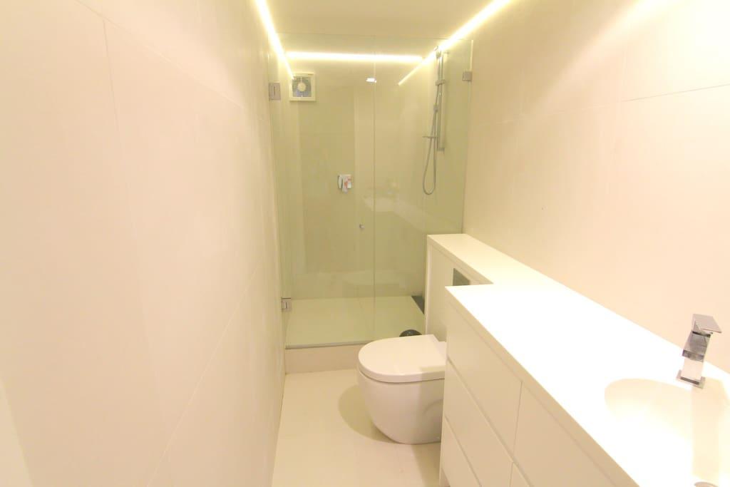 New & modern bathroom (private)