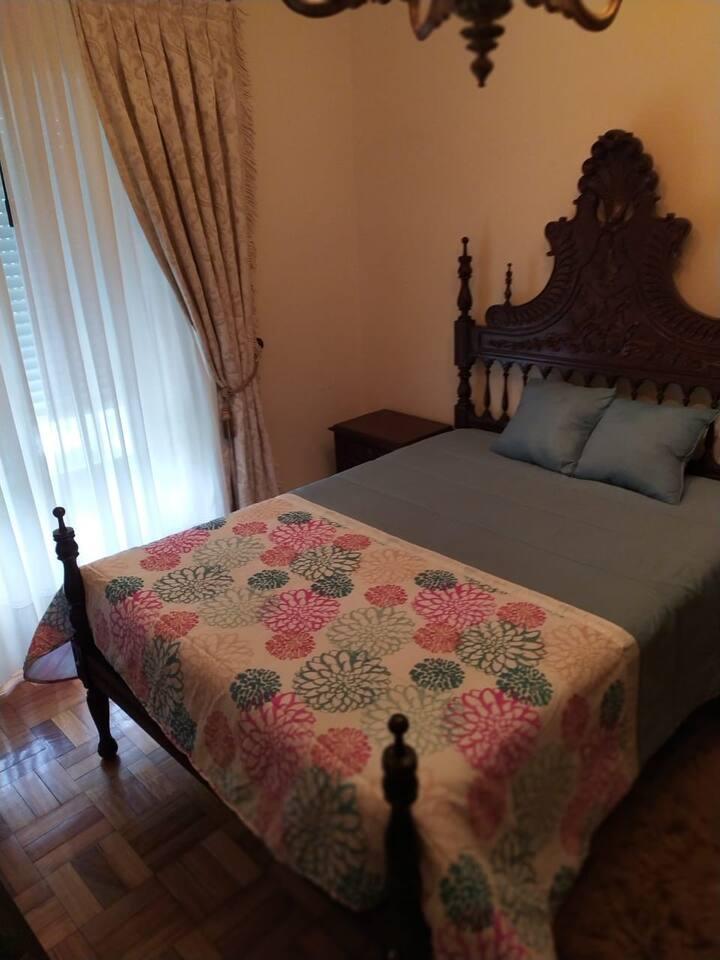 Quarto Individual cama Casal casa banho partilhada