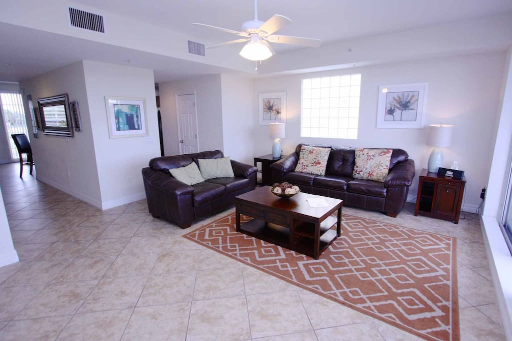 Comfortable living area with an open floor plan, close to the kitchen.