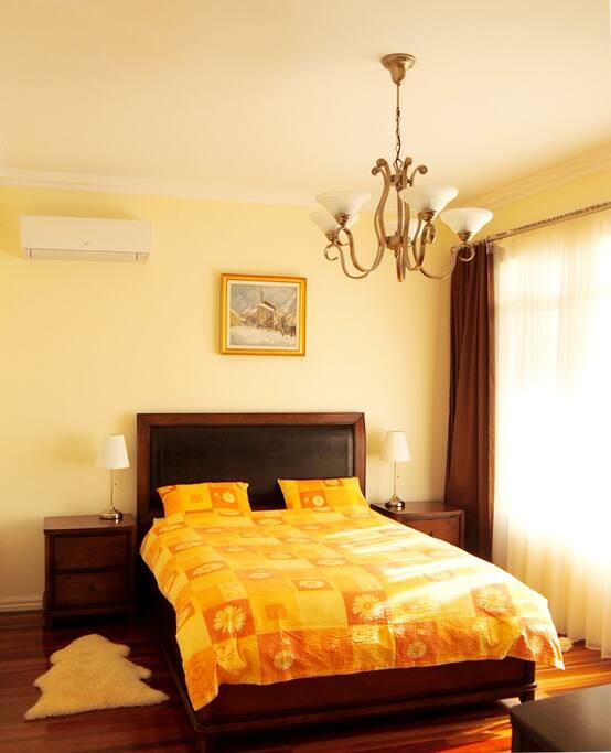 Bright and sunny master bedroom facing the sea, featuring a Queen size bed fitted with a natural Latex mattress for your comfort