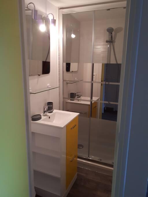 Salle de douche, les toilettes sont séparés. Les serviettes sont à votre disposition.