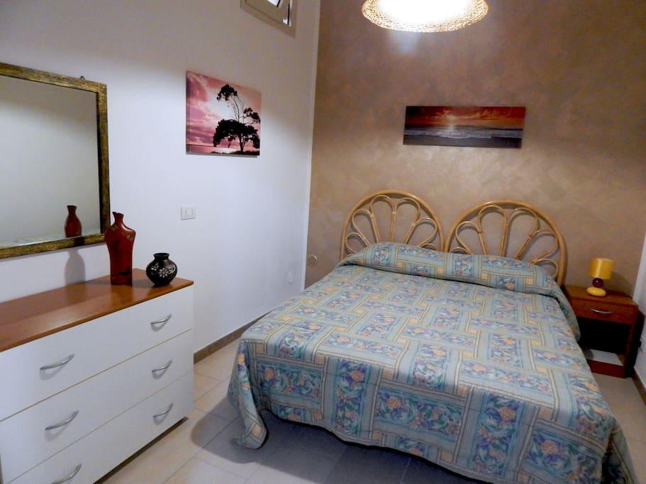 camera da letto, comò e armadio