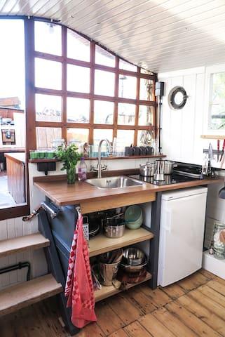 Keuken met uitzicht op het kanaal