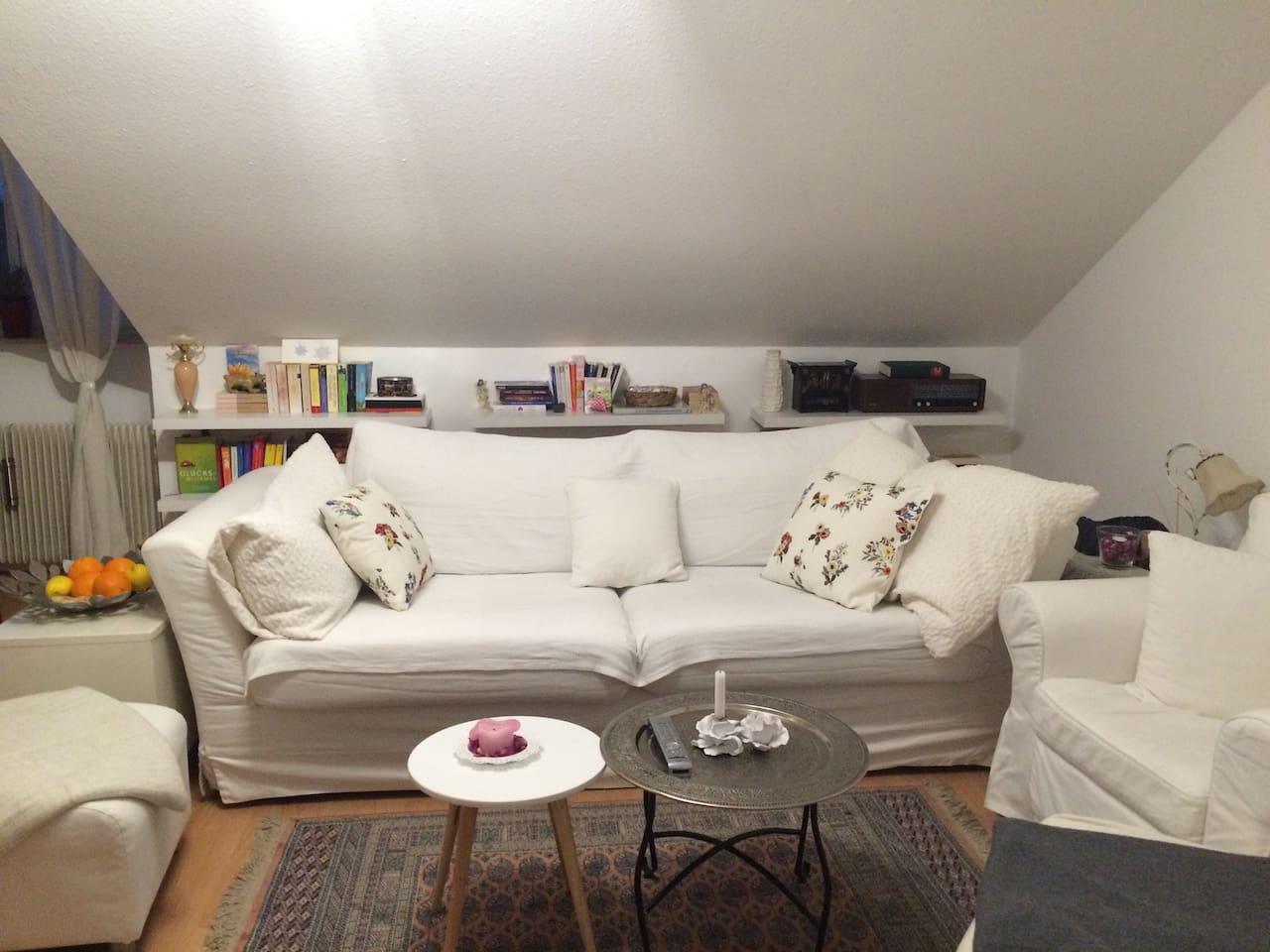 Gemütliches Sofa mit Lese-Ecke