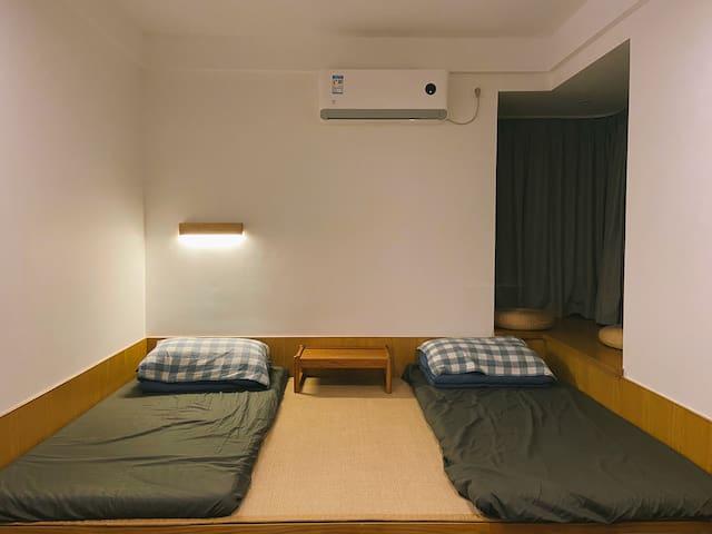 2.6米宽地台床,2个单人床铺可分可合。带飘窗、空调。