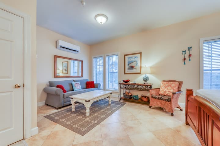 Convenient studio w/shared pool and great location moments away from the beach