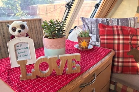 Quirky caravan with decking in Carnoustie.