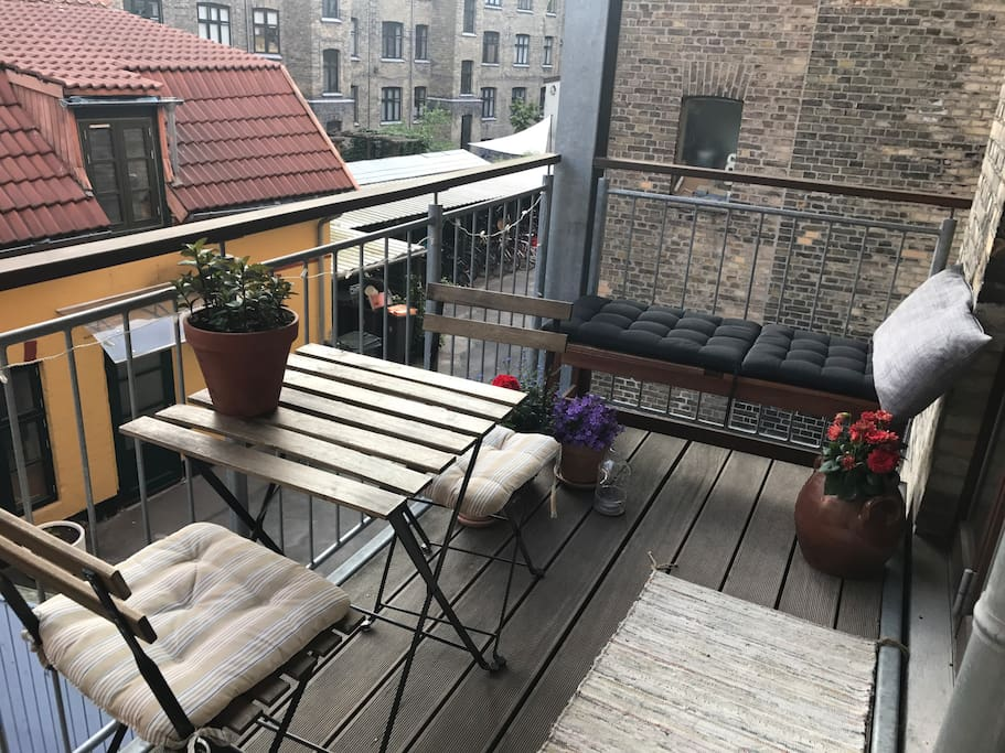 Balcony with flowers and sun from 12:30-15 & 16:30-19:30 o'clock. Perfect for reading a book or having cozy dinners