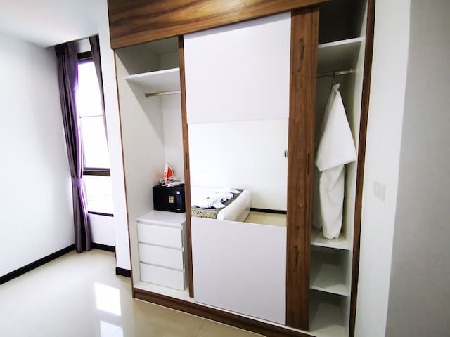 В шкафу вы найдёте сейф, утюг, гладильную доску и халаты