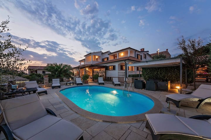 Beautiful apartment with pool and sea view